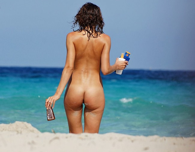 sexy-round-ass-at-the-beach